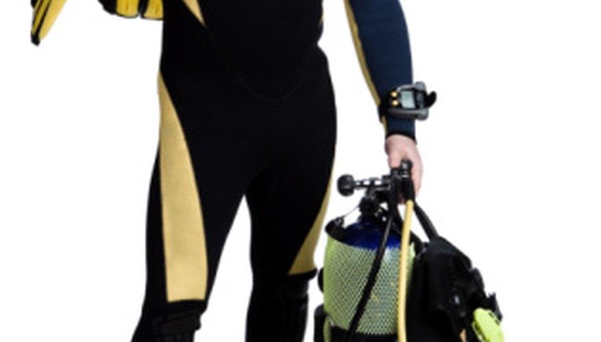 Los buzos comerciales utilizan equipos de buceo para permanecer bajo el agua durante largos períodos de tiempo.