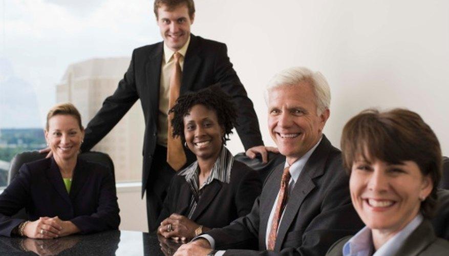 Los líderes transformacionales buscan motivar a los empleados por su ejemplo.