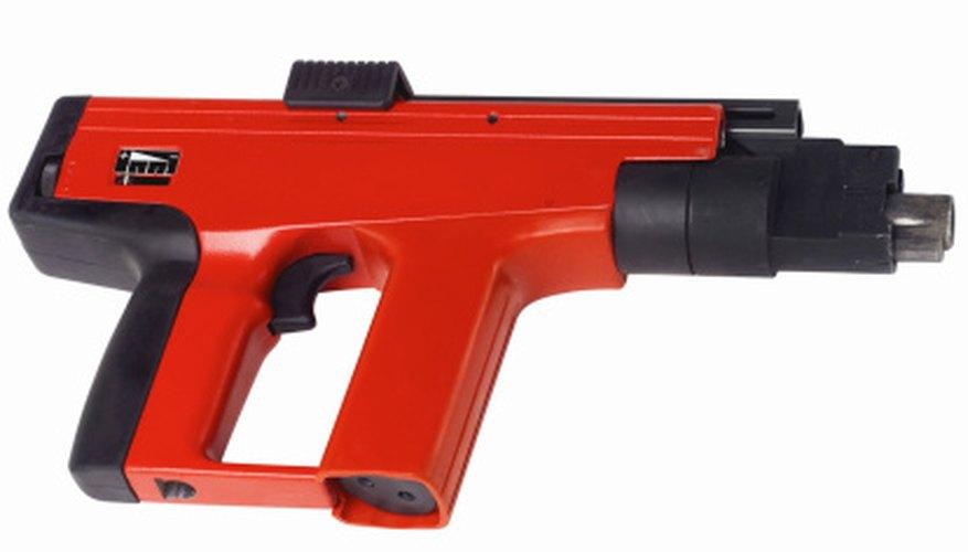 Las pistolas de clavos utilizan presión que se mide en libras por psi (psi, del inglés per square inch), o por pulgada cuadrada.