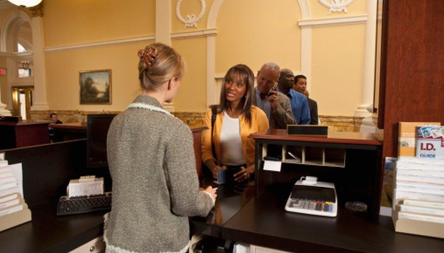 Usualmente tienes que visitar tu banco antes de poder iniciar transferencias bancarias en línea.