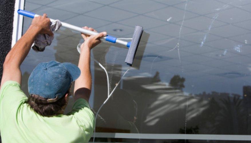 No existen requisitos mínimos de educación para convertirse en un limpiador de vidrios.