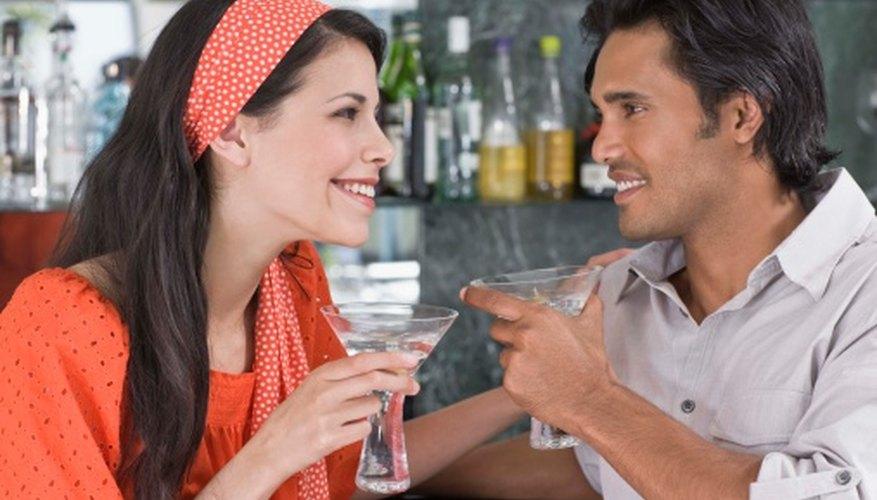 Fijar precios más bajos por las bebidas durante períodos con menos concurrencia puede ser una buena manera de atraer clientes.