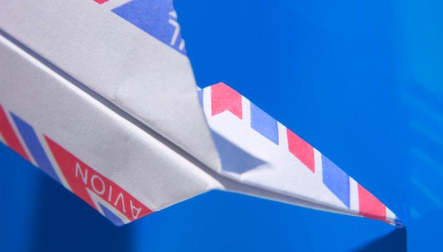 Usa papel de color o con diseños para un efecto adicional.