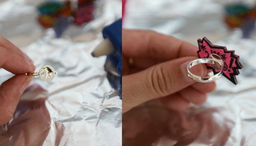 Pega el lado áspero del Shrinky Dink a la base del anillo.