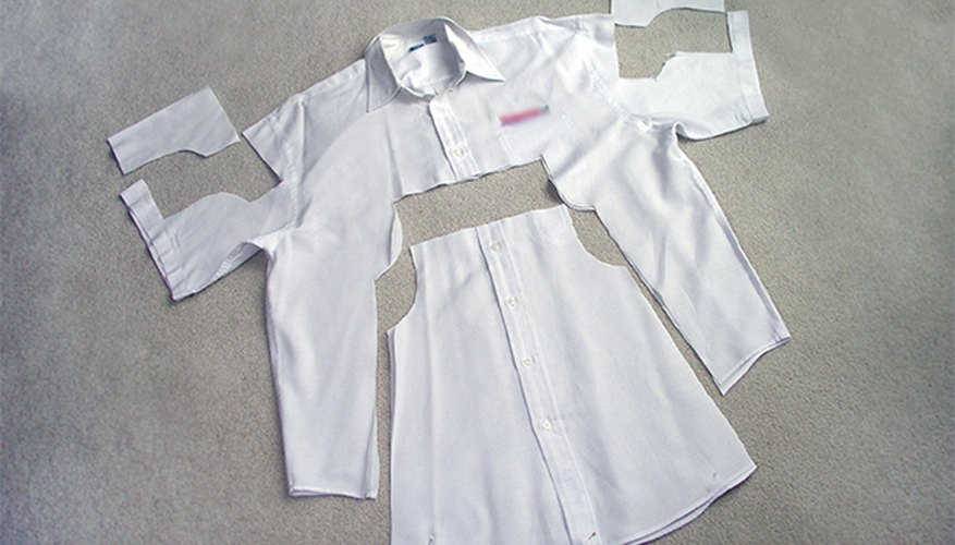 Recorta las piezas del molde de la camisa.