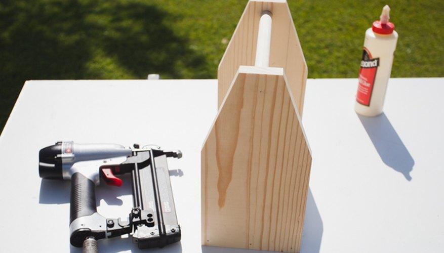 Los lados unidos con pegamento para madera y clavos.
