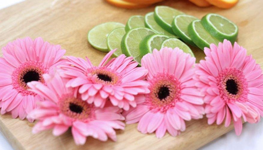 Corta las flores y las frutas.