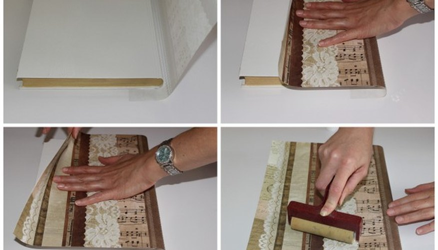 Un libro envuelto con unas páginas de papel de recorte de 12 por 12 pulgadas (30 x 30 cm).
