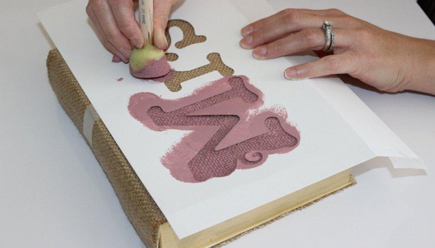 Un pincel de espuma es la herramienta perfecta para pintar sobre la arpillera.