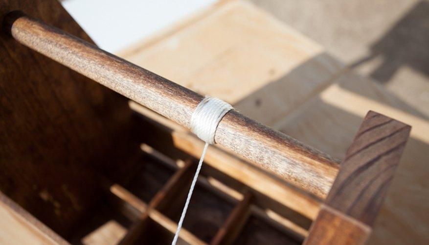 Envuelve una cuerda de nailon sobre el asa.