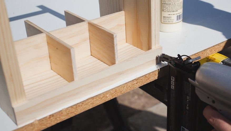 Adhiere los listones de madera en el exterior.