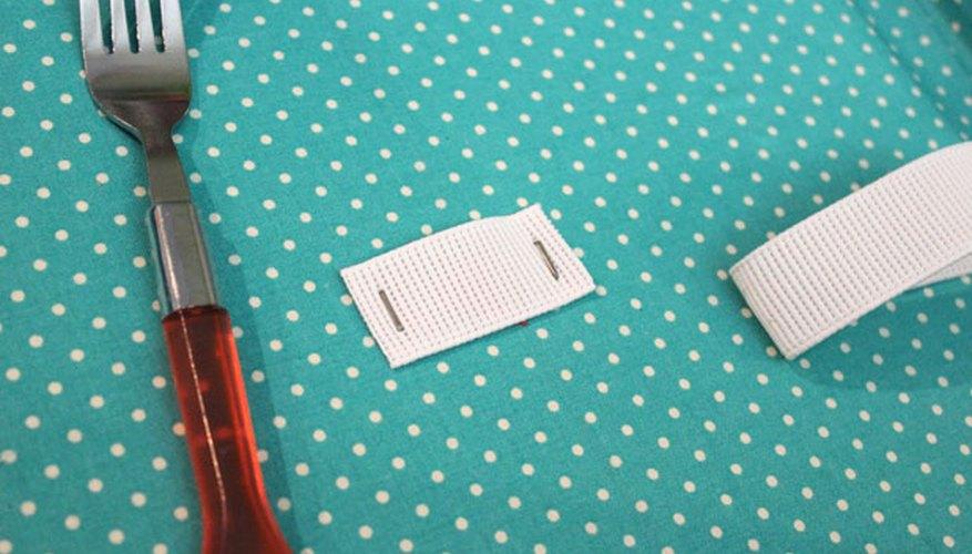 Engrapa los elásticos para sujetar los cubiertos.