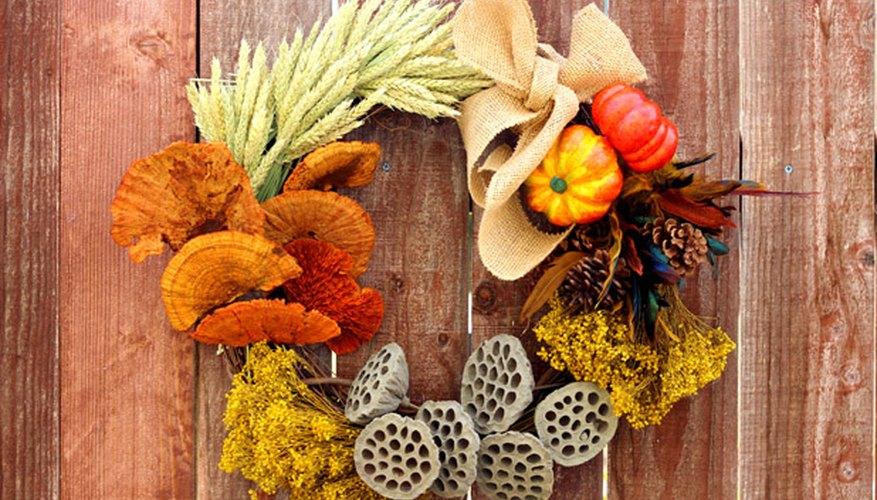 Una corona de elementos coloridos de otoño.