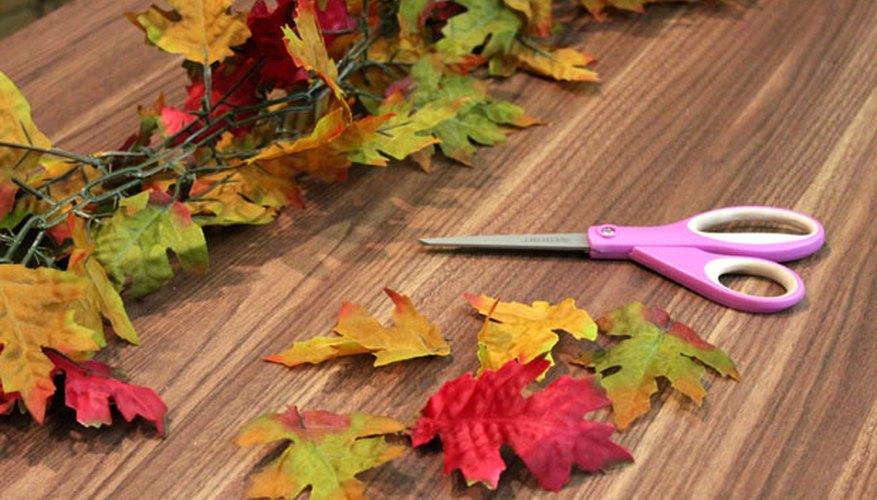 Corta las hojas artificiales.