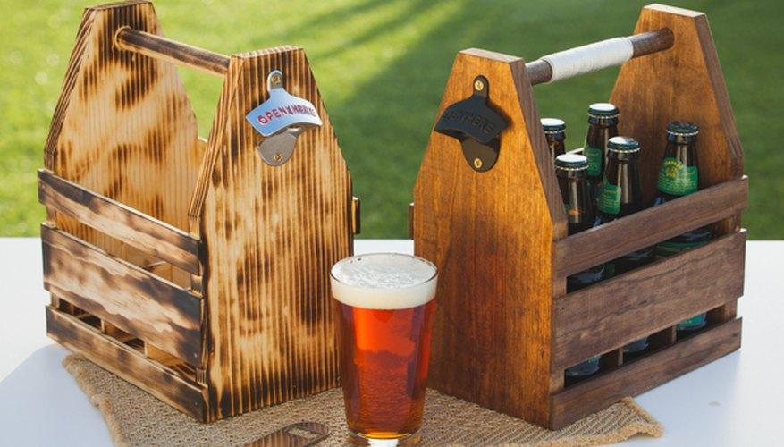 Dos cajas de madera para cerveza con distintos acabados.