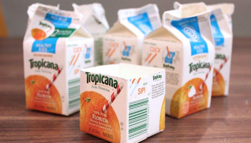 Corta los envases de leche o de jugo.