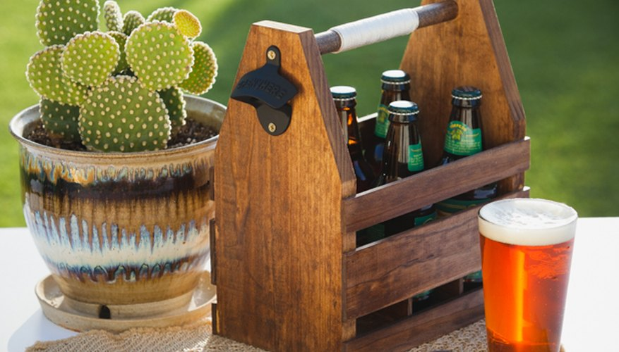 Una caja de cervezas de madera.
