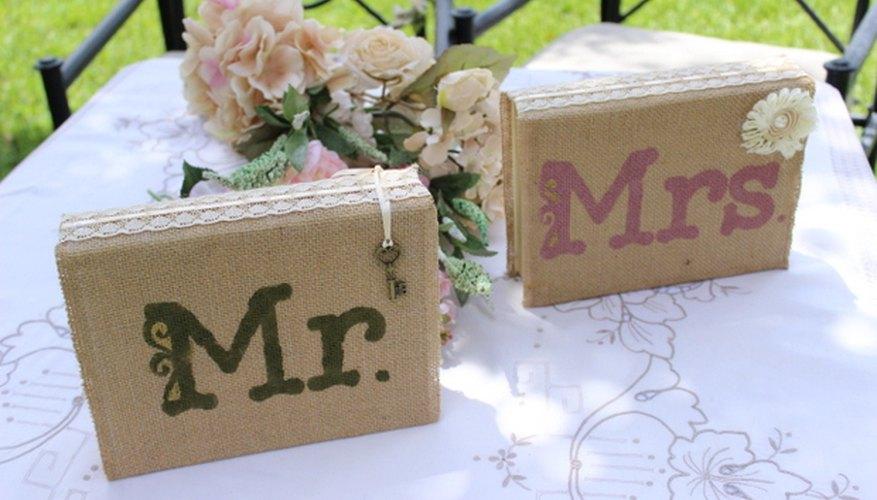 Los libros de Mr. y Mrs. envueltos en arpillera como un centro de mesa que representa a la pareja.