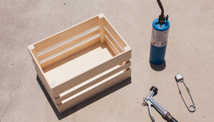 Los materiales para quemar la madera.