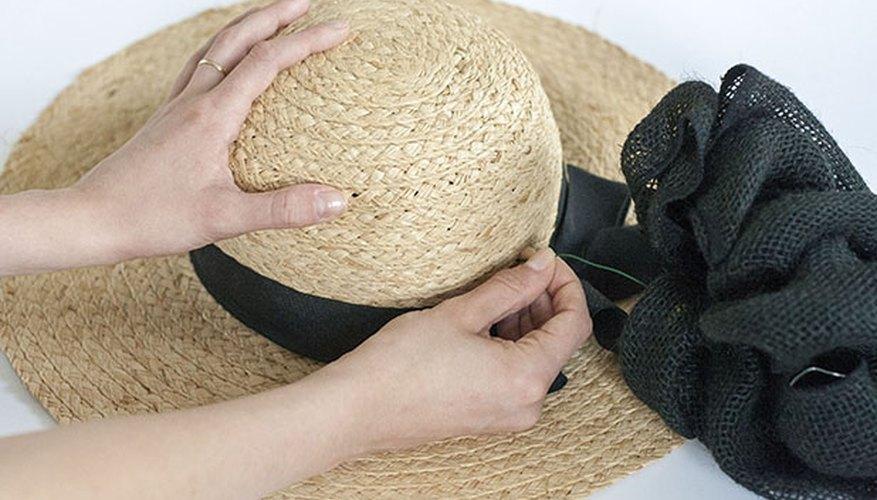 Un moño grande le brinda volumen al sombrero.