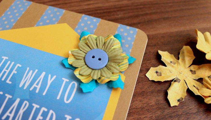 Añade adornos florales y botones.