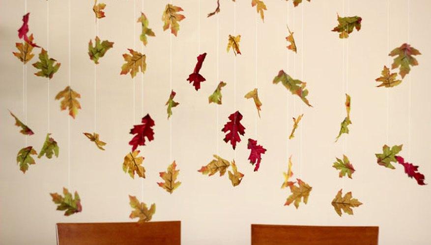 Guirnaldas de hojas caídas.