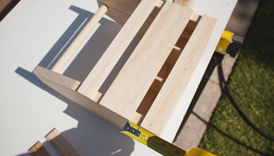 Mide la misma distancia entre los listones de madera.