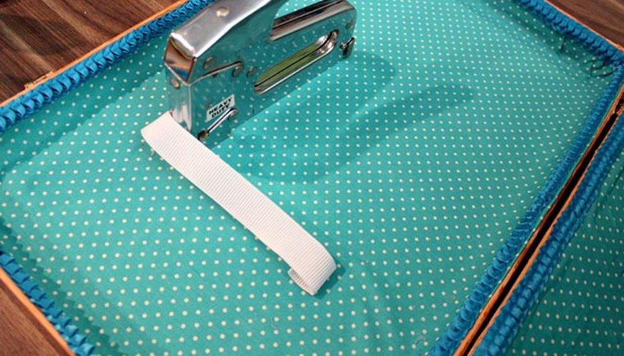 Engrapa el elástico para sostener los platos.