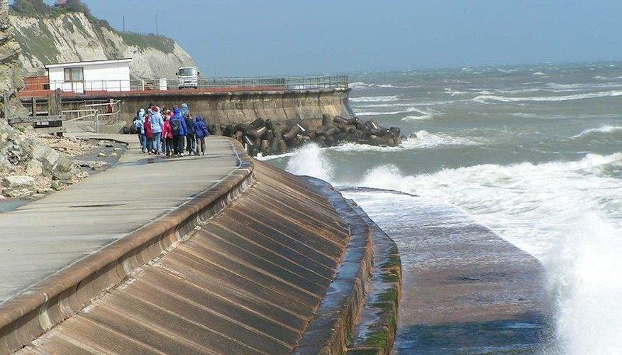 Isle of Wight Seawall (Wikimedia Commons)
