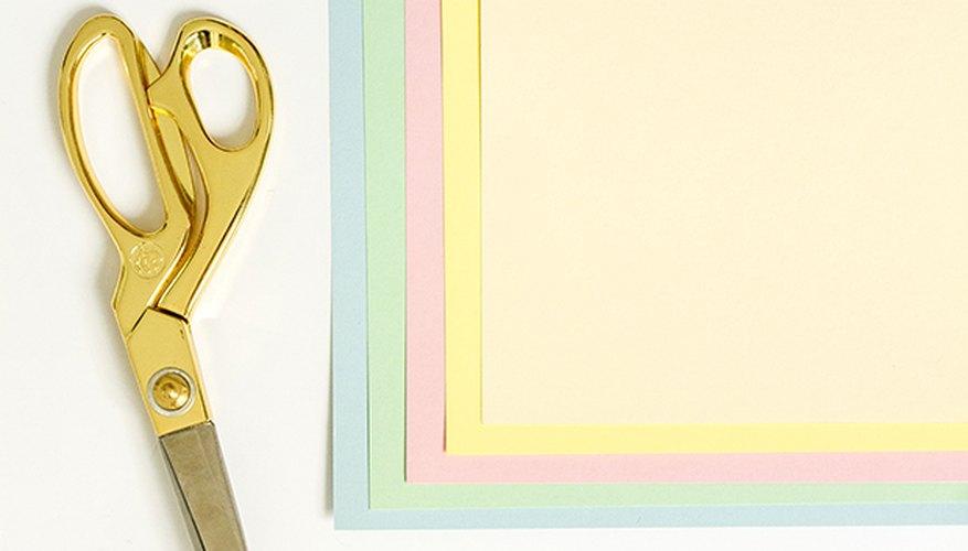 Corta una cartulina de color en forma de granas y pégalas sobre las bolas de algodón.