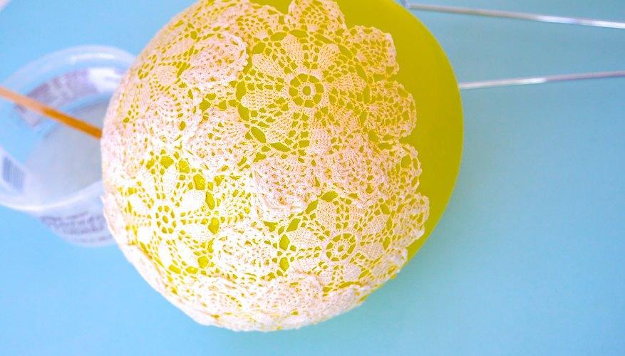 Pega los tapetes al globo en la forma de un bol.