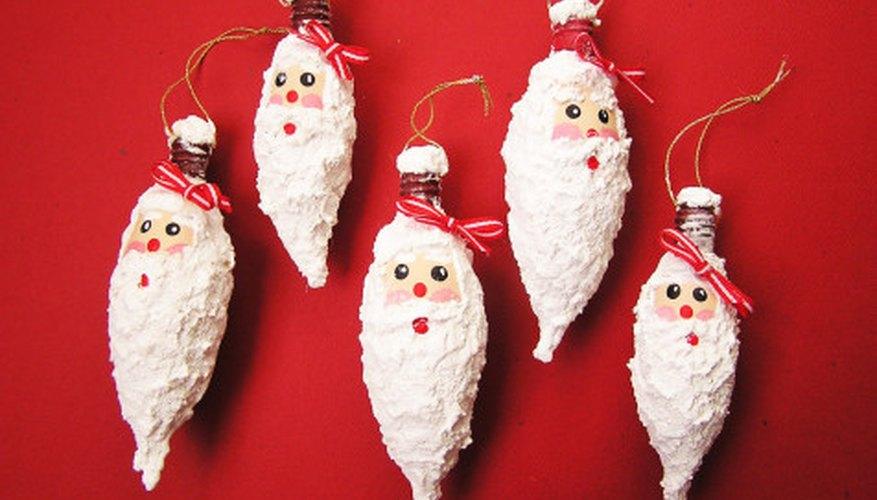 Rostros de Papá Noel realizados sobre bombillas eléctricas