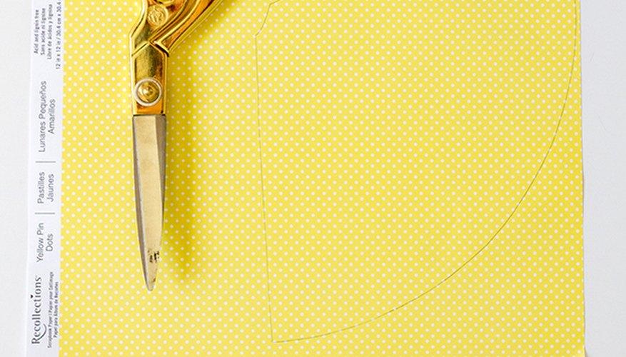 Traza el contorno de la plantilla del gorro sobre un papel que posea un diseño y pégalo por sobre la cartulina blanca con forma de gorro.