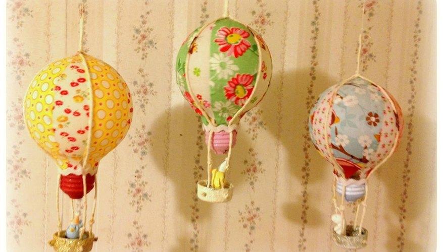 Adornos con forma de globos realizados sobre bombillas eléctricas