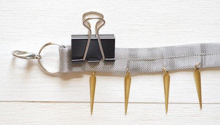 Un clip de carpeta es útil para mantener la cadena en su lugar cuando se seca.