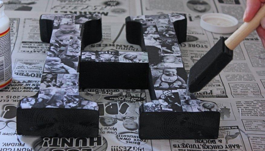 Aplica una fina capa de pegamento de decoupage a la parte superior de las fotografías.