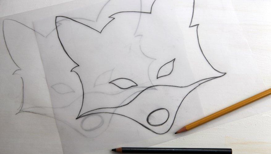 Practica esbozar el contorno de una máscara de zorro.