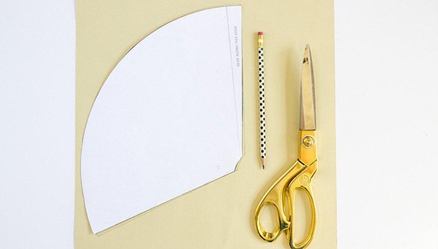 Vuelve a marcar el contorno de la plantilla sobre la cartulina color crema.