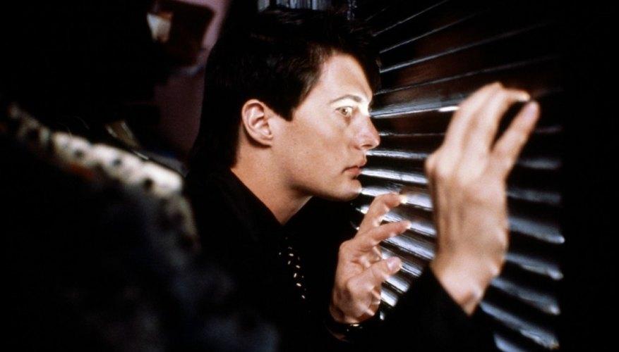 Terciopelo azul es una película atrapante del director surrealista David Lynch.
