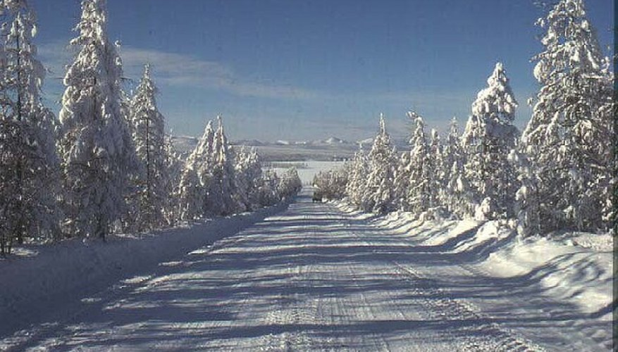 Imagen de la autopista federal Kolýmskaya cubierta de nieve