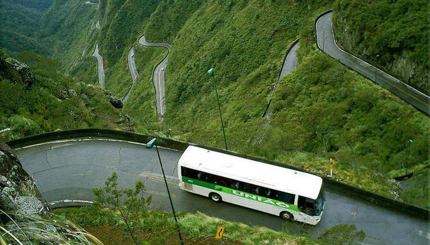 Un micro recorre la autopista Halsema en Filipinas
