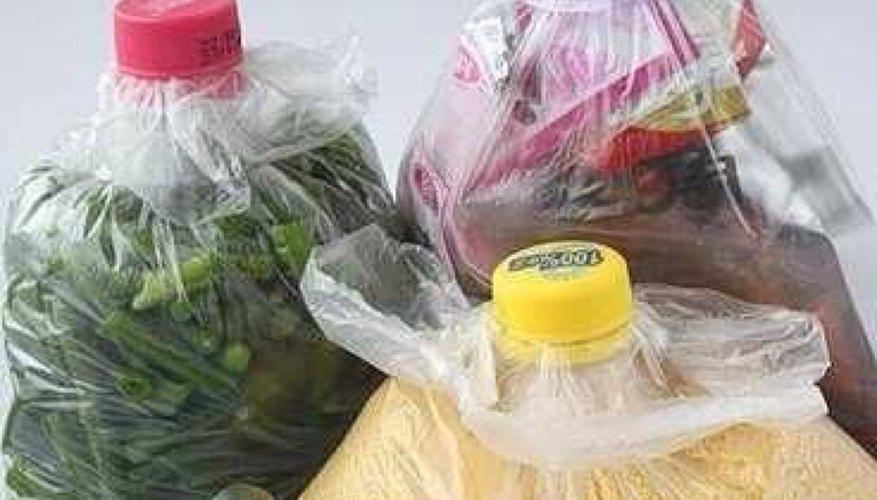 Alimentos almacenados en bolsas plásticas cerradas con tapas de botellas