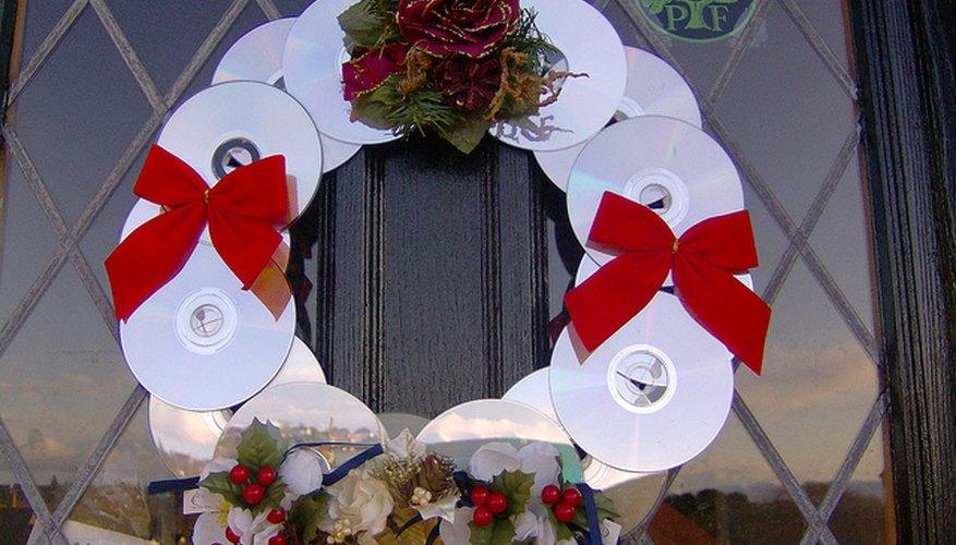 Corona navideña de CDs reciclados