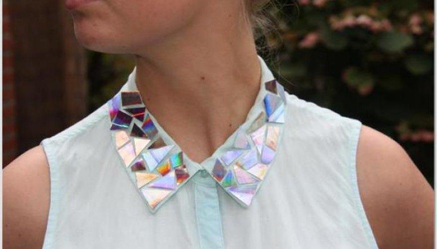 Imagen de una persona utilizando una camisa con incrustaciones de CDs en el cuello