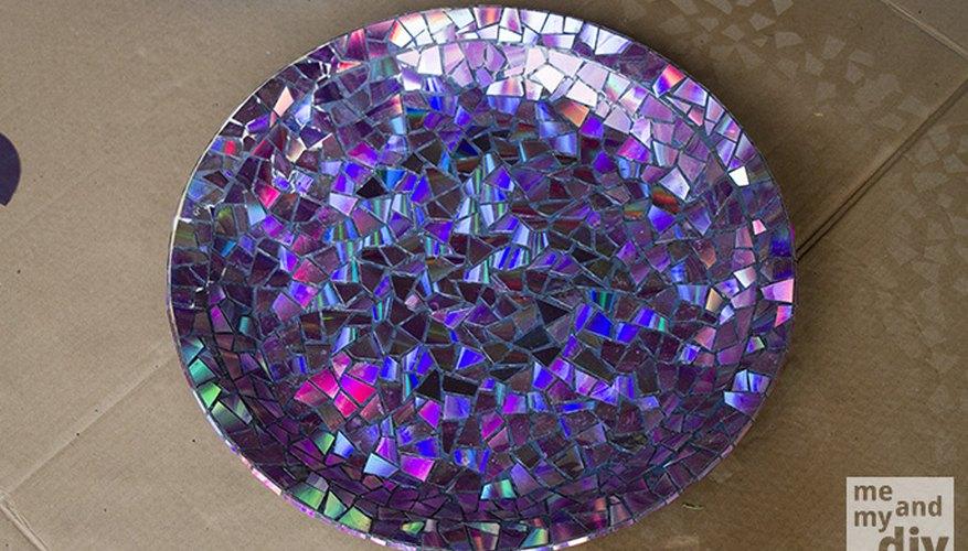 Plato de cerámica con aplicaciones de CDs reciclados