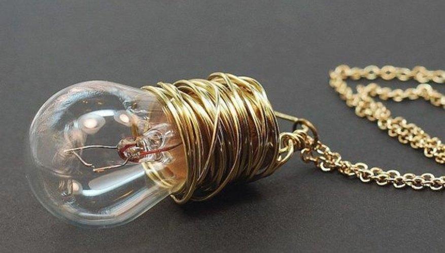 Collar elaborado con una cadena, alambre dorado y una bombilla de luz