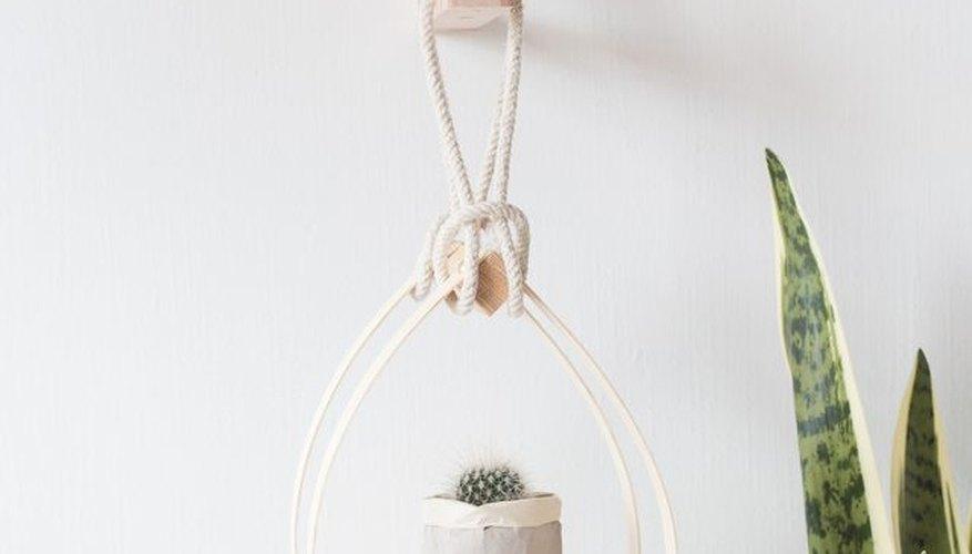 Escoge un soporte de madera para tu macetero.