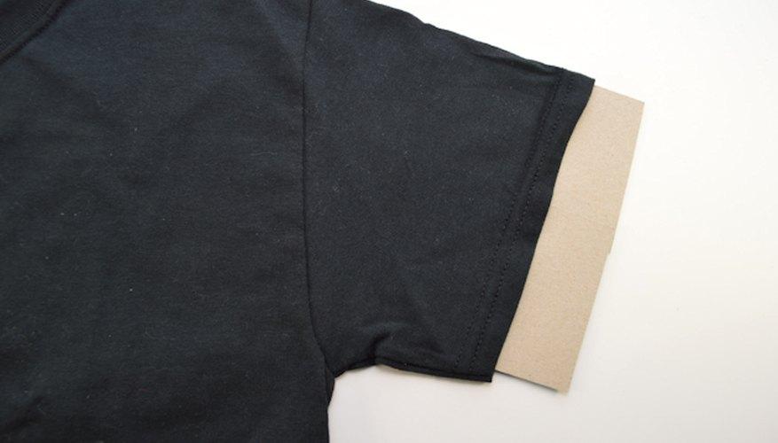 El cartón protege el lado opuesto de la camiseta mientras la estás pintando.