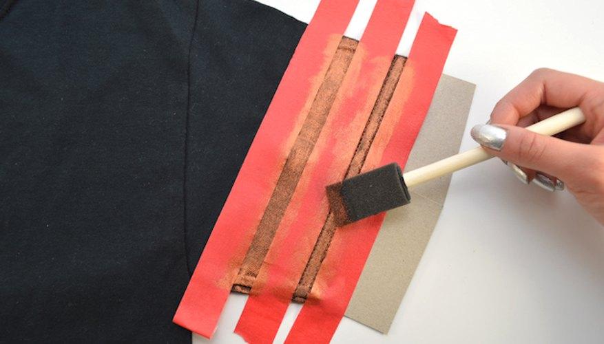 Utiliza un pincel de gomaespuma para aplicar la pintura de tela que hayas escogido.