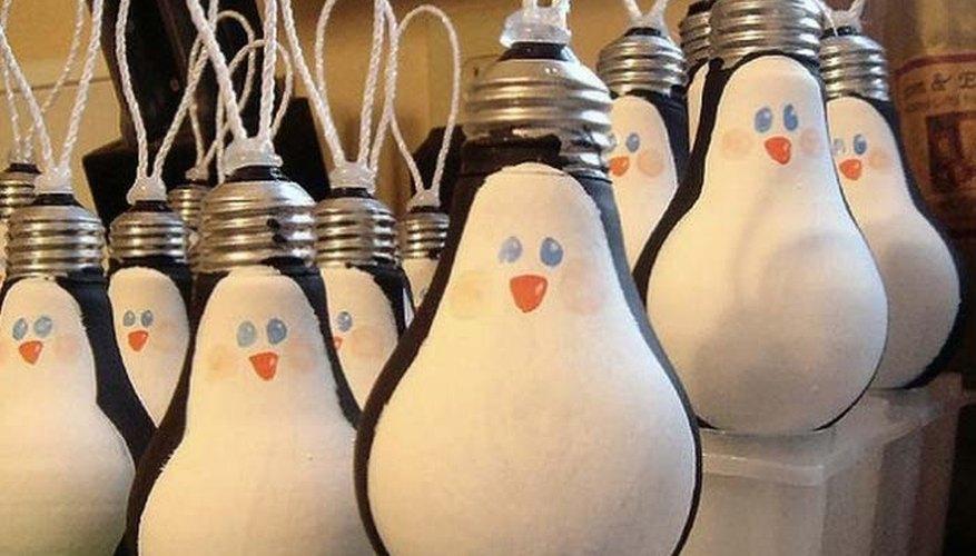 Bombillas eléctricas pintadas con los colores y formas de los pingüinos
